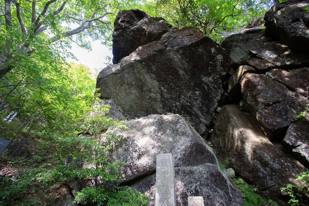 男体山頂付近にある巨岩「立身石」