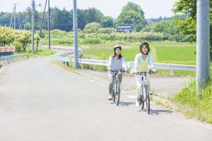 自転車で走る女性たち
