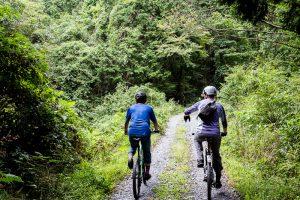 東筑波ハイキングコースでマウンテンバイクに乗る2人