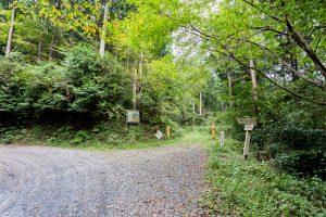 東筑波ハイキングコース登山道。チェーンから先は土俵場林道