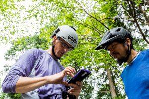 東筑波ハイキングコース。マウンテンバイクのヘルメットをかぶる2人