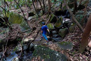 東筑波ハイキングコース登山道で沢を渡る