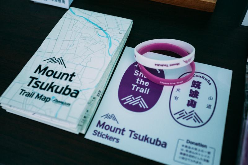 筑波山の登山地図とステッカー、シリコンバンドがセットになった「Mount Tsukuba Share Set」