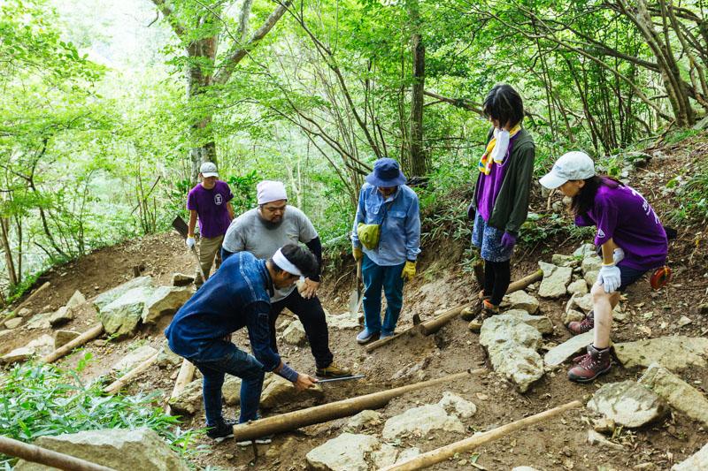筑波山道普請の活動を行うつくばトレイルガーディアンズのメンバー